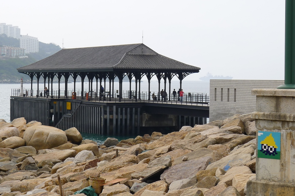 black-blue-invader-at-stanley-pier